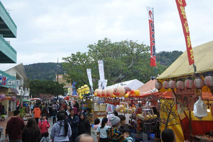 幸地川沿いの露店がお祭り気分を盛り上げる!