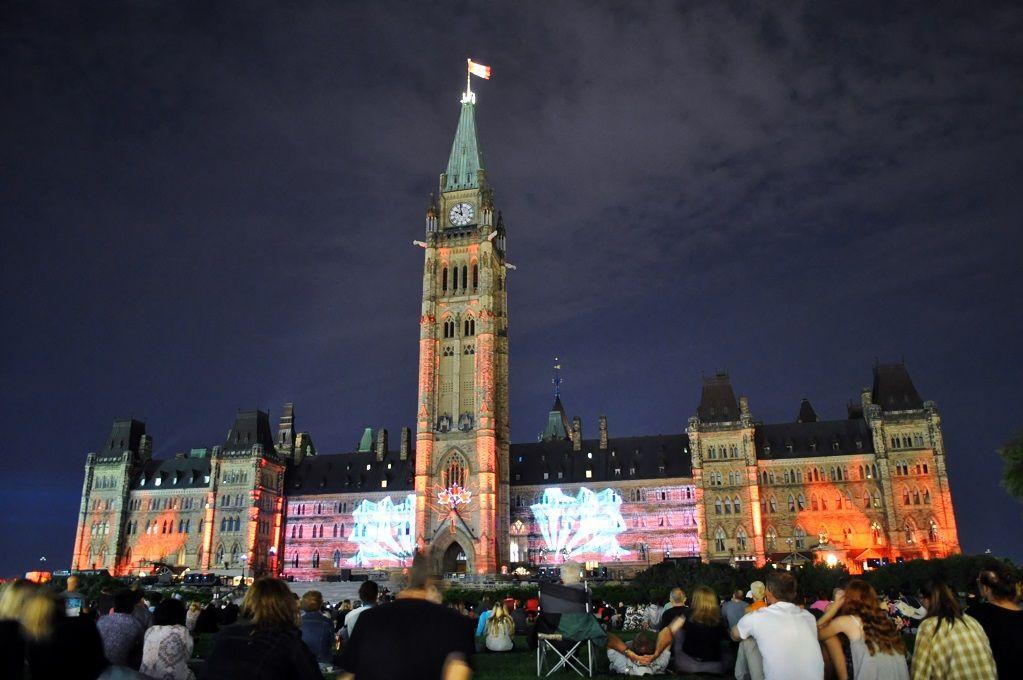 夏と冬に開催!カナダの国会議事堂を彩るライトショー