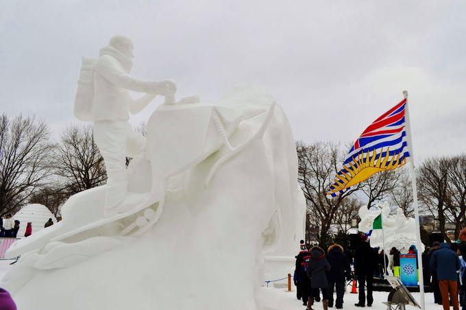 様々なアクティビティーや雪の彫刻が並ぶガティノ市の会場