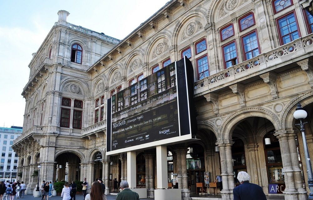 ウィーン国立オペラ座からの生中継を巨大スクリーンで