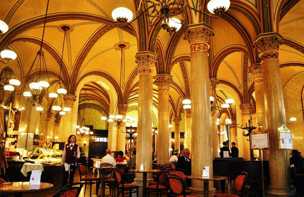 朝8:00頃:1日の始まりは「世界遺産のウィーンのカフェ文化」