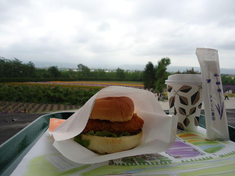 富良野のラベンダー観光の代名詞「ファーム富田」へは早起きしてでかけたい。その3つの理由とは?