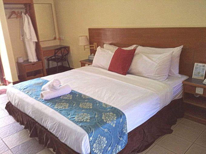 熱帯の雰囲気にぴったりの木造ヴィラが並ぶ「パヤビーチリゾート」