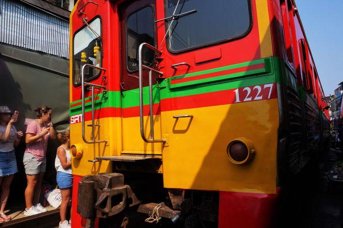 列車が到着!真横を通り過ぎるスレスレ体験