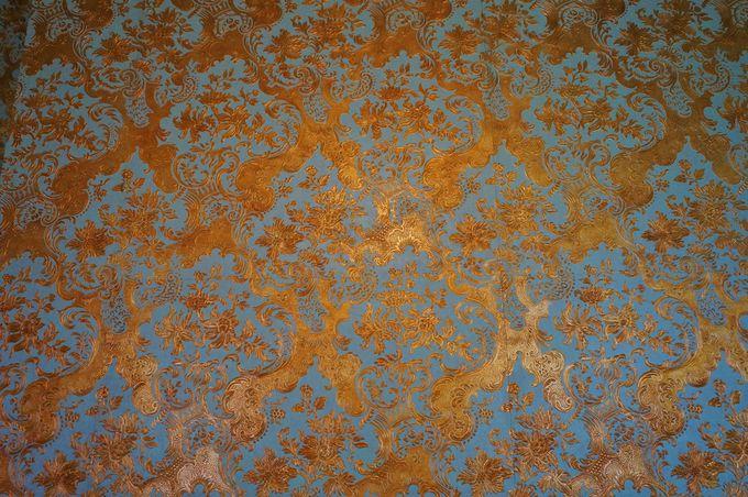 カラフルな壁紙が特徴の洋館