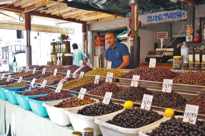 地元市民の活気に溢れる「中央市場」