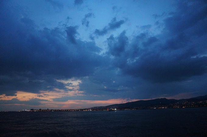 エーゲ海を見渡せるビーチ沿いは夕焼け&夜景の絶景スポット