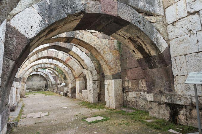地下のアーチが美しい「アゴラ遺跡」