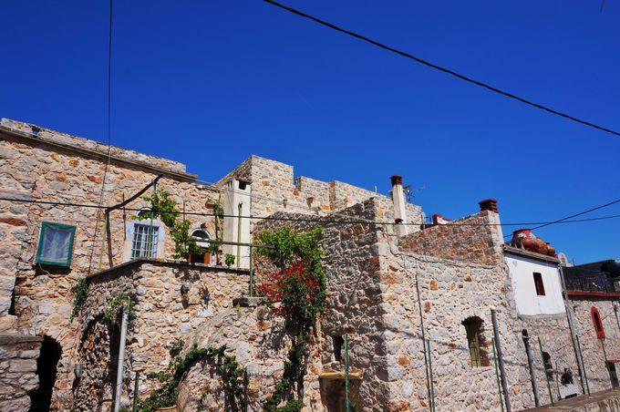 アーチ型の道や石の家が特徴の村「ヴェッサ」