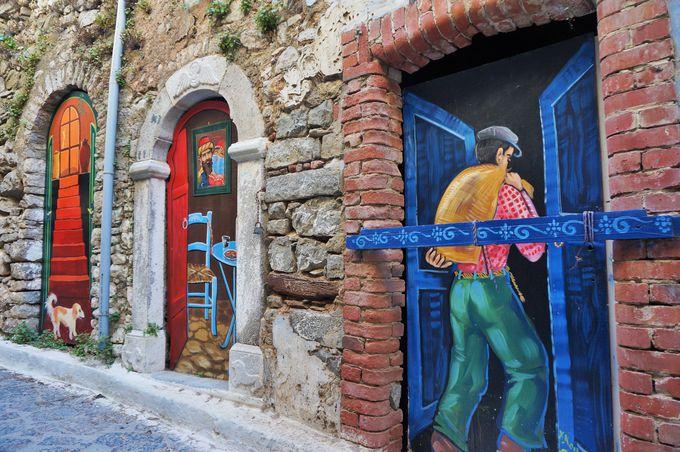 オリンピでの散策は壁画アートも必見!