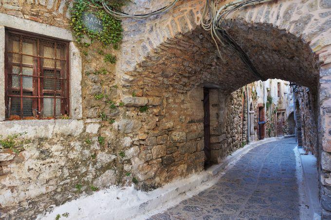 石畳の道が続く村「オリンピ」