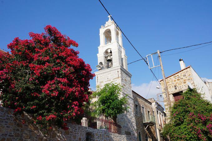 丘の上に城壁がそびえる村「ヴォリソス」