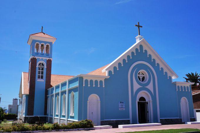 真っ白な灯台と真っ青な教会