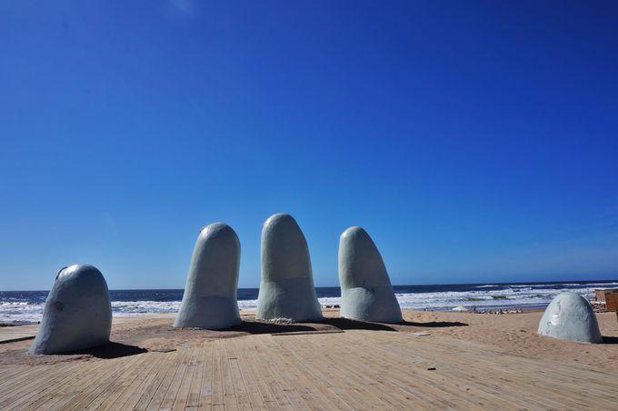 突如ビーチに現れる大きな手のモニュメント