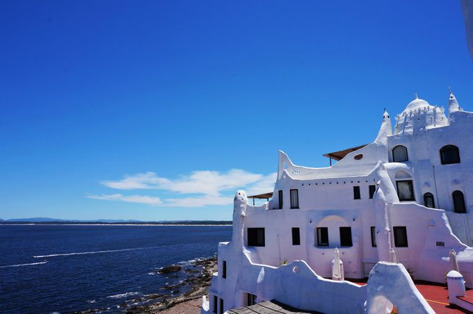 丸みを帯びた真っ白な建築が特徴の「カーサ・プエブロ」