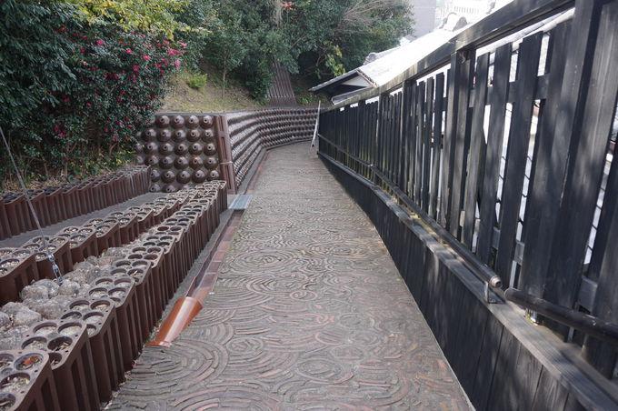 常滑ならではの風景!土管や焼酎瓶が敷き詰められた坂道