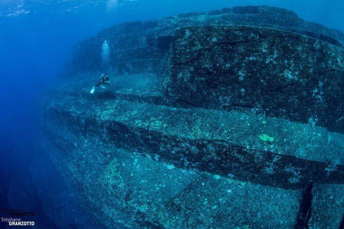 海底遺跡やハンマーヘッドシャークにも出会える