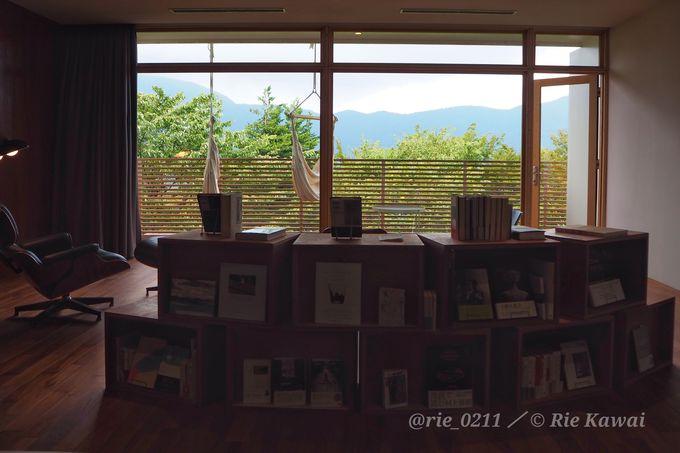 館内の本は読み放題。客室にも本棚がある