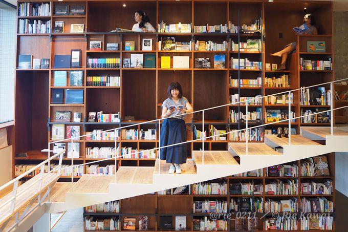 フォトジェニックな壁一面の本棚は、誰でもお洒落な写真が撮れる