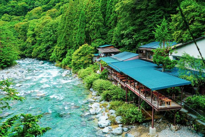 付知ブルーを眺めながらこだわりの食事が食べられる「岩魚の里 峡」