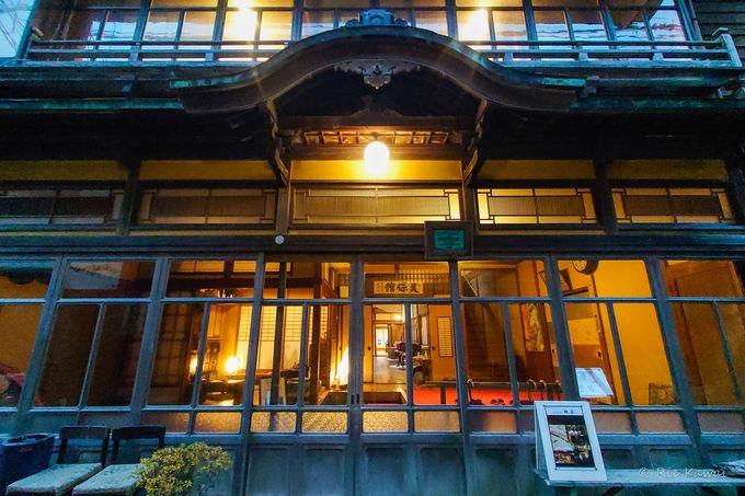 日が暮れてより一層ロマンチックな雰囲気が増す美保館本館