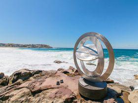 シドニーの人気「ボンダイビーチ」で絶景彫刻イベント