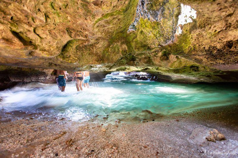 オアフ島の神秘的な青い洞窟「マーメイド・ケイブ」