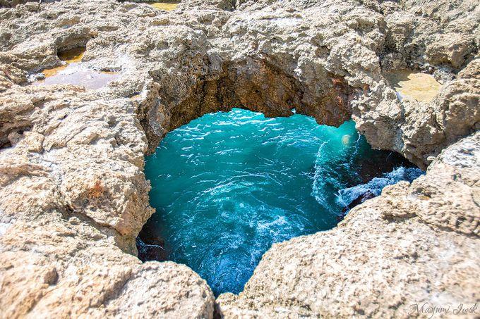 幻想的な光が舞う青い洞窟
