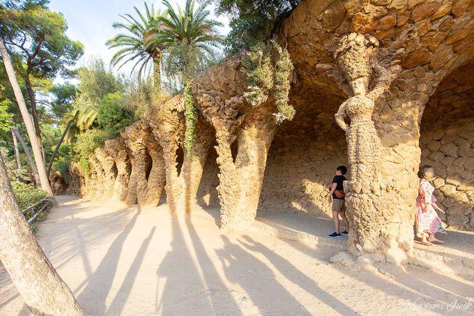 【2】曲がりくねった石のトンネル「洗濯女の柱廊」