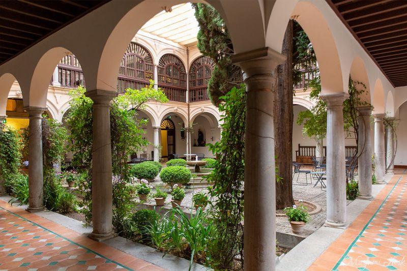 グラナダのおすすめホテル10選 世界遺産の宮殿に泊まれるホテルも!