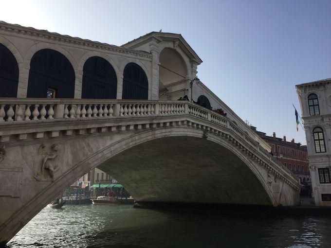 カナルグランデに架かる最古の橋「リアルト橋」