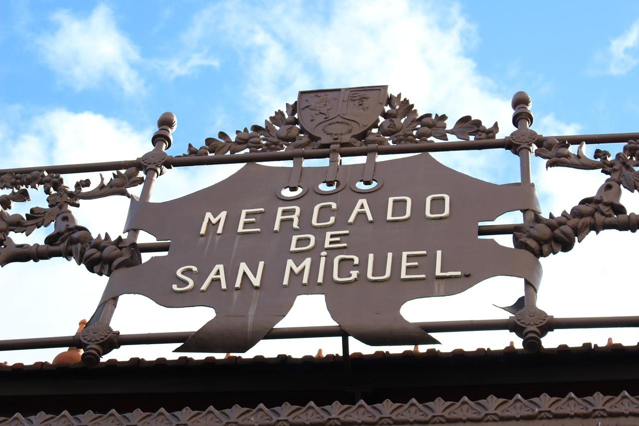 マドリード名物が集まる「サンミゲル広場」