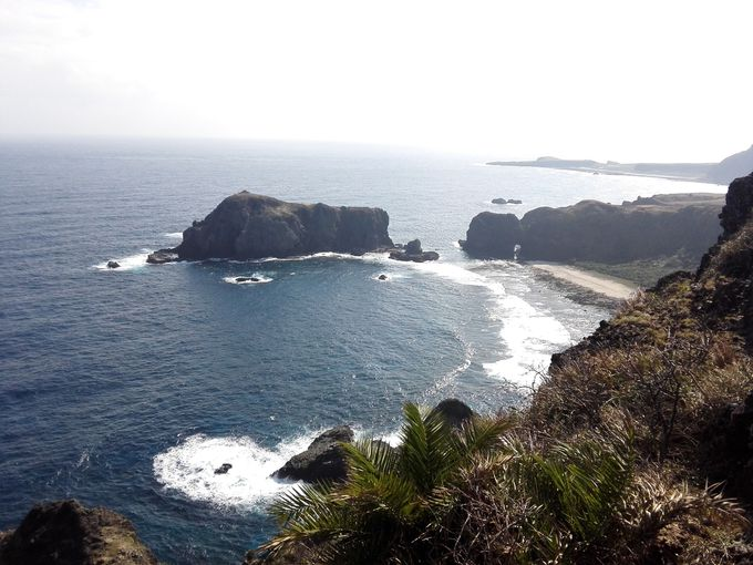 島の東側は荒々しい岸壁の絶景!