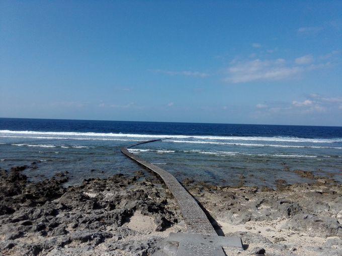 島の北西側はのんびりとした岩場ビーチ
