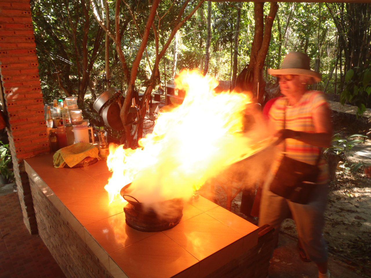 野外のキッチンでタイ料理のクッキング体験