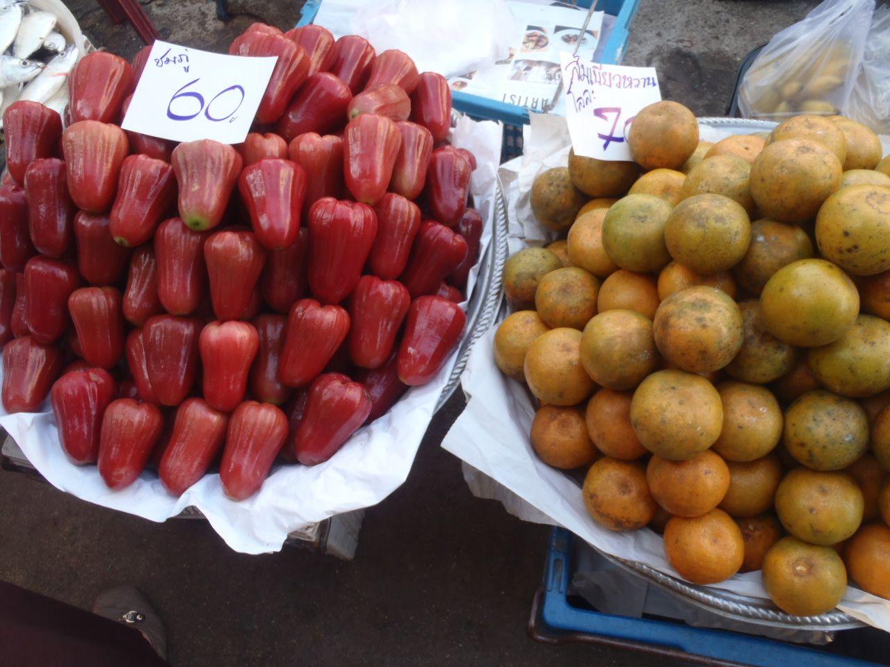 線路沿いの色鮮やかな新鮮市場