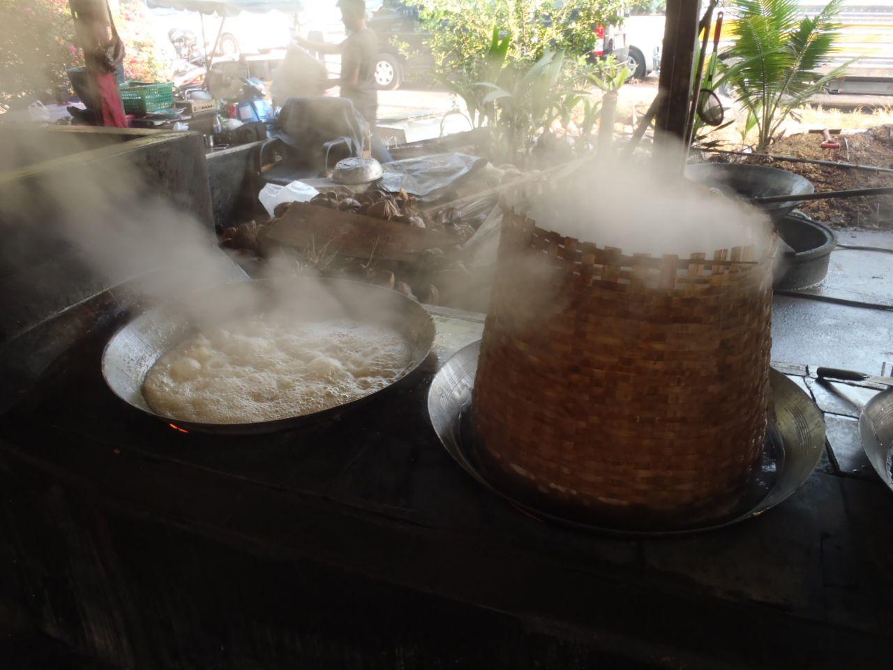 お次は砂糖市場へ!昔ながらの手作り椰子砂糖はミネラルたっぷり
