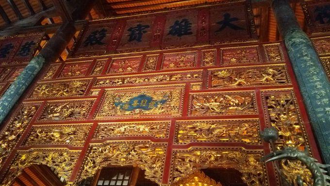 絢爛豪華・詳細緻密な本堂と黄金像