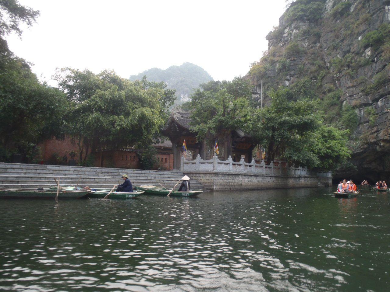 クルーズ途中には上陸できる寺院も!