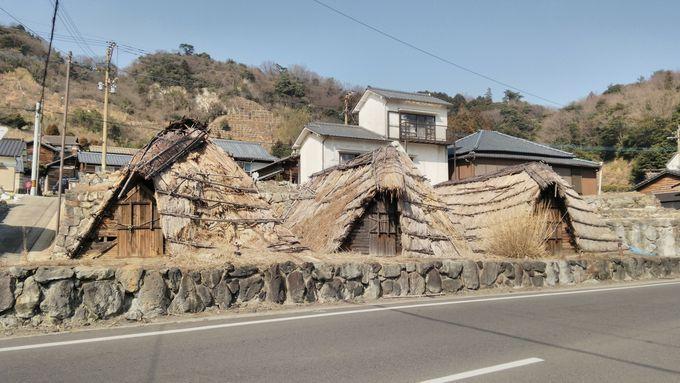 昔ながらの茅葺屋根「湯の花小屋」