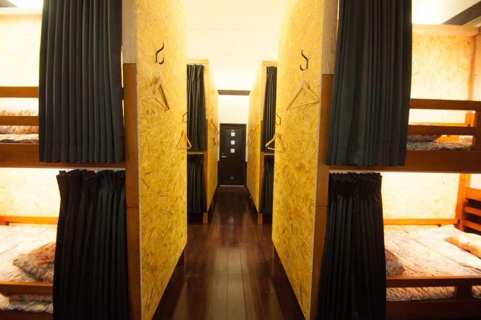 木の温もりを感じられる内装とバリエーション豊富な客室