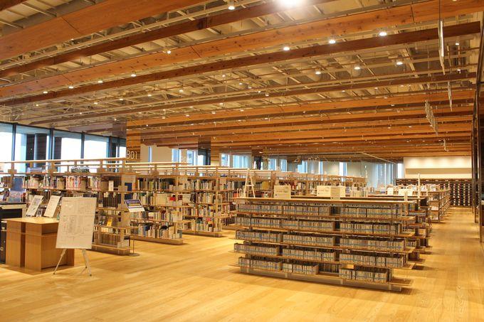 併設されている図書館も調和の取れた美しさ