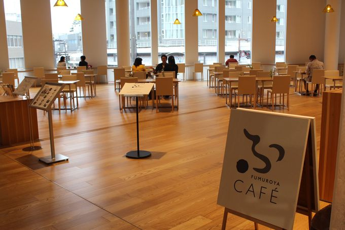 2階にはカフェ&ショップも!