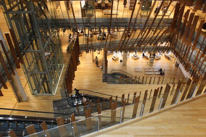 ビルやエントランスが驚きのガラス建築!