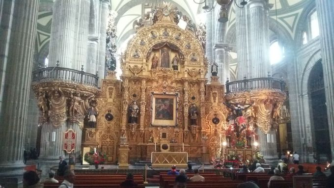 13:30〜15:00:メトロポリタン大聖堂とお土産市場