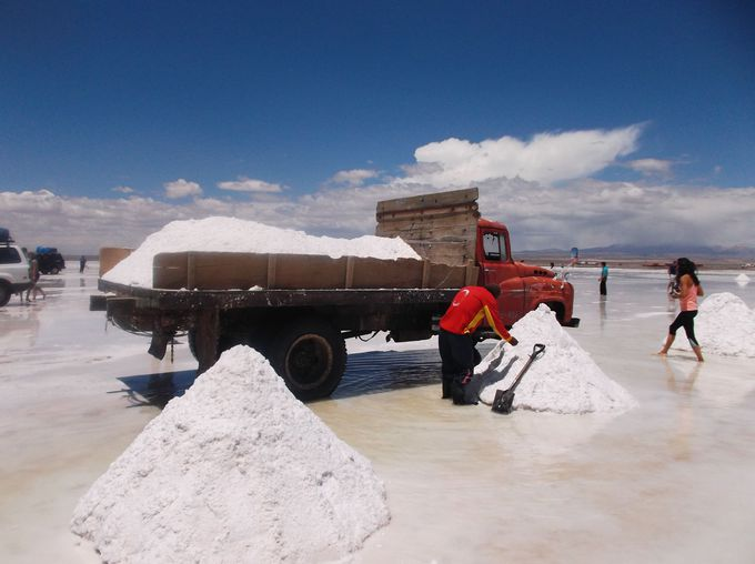 午後:塩湖での塩採集見学とお土産ゲット