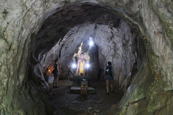 ポッカリ空いた洞窟内に神秘的な仏像が!