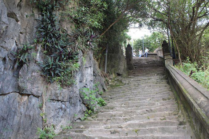 急な階段を登り、いざパワースポットへ!