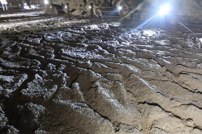 溶岩の流れが作る模様と景観