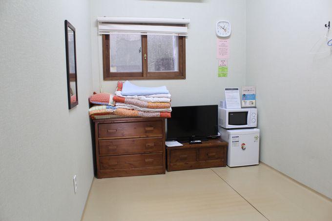 フローリングに布団を敷く個室はグループ用